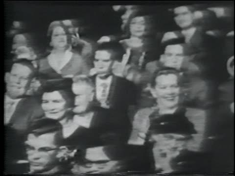 vidéos et rushes de b/w 1950s close up pan audience clapping - applaudir