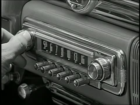 vidéos et rushes de 1950s close up hand turning knob on car radio - poste de radio