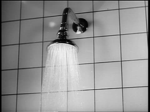 vídeos de stock, filmes e b-roll de b/w 1950s(?) close up water coming out of shower faucet - tomar banho