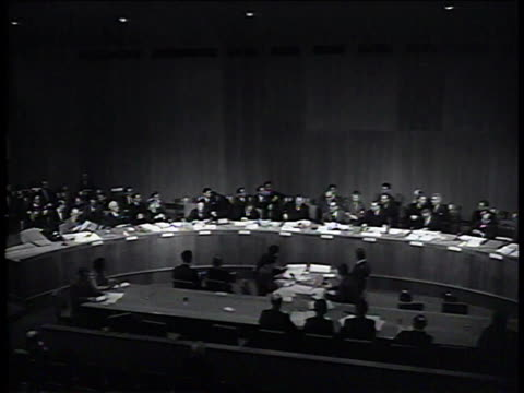 vidéos et rushes de 1950s ws delegates gathering at united nations meeting/ new york new york united states - fer à cheval