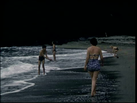 vidéos et rushes de 1950s family on holiday in cornwall, uk; playing on beach - cornouailles
