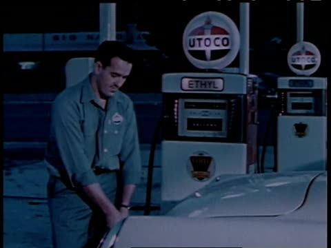 vidéos et rushes de 1950s ms gas station attendant pumping gas into a car / united states - faire le plein d'essence
