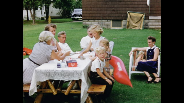 vídeos de stock e filmes b-roll de 1950s home movie - family picnic - picnic