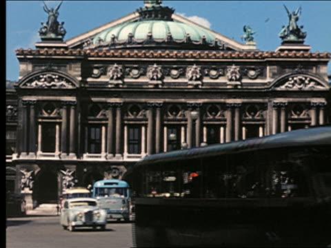 vídeos de stock, filmes e b-roll de 1950s l'opera garnier / traffic passing in foreground / paris, france - teatro de ópera