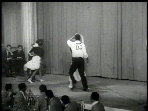 stockvideo's en b-roll-footage met 1950s montage couple dancing on stage  - applaudiseren