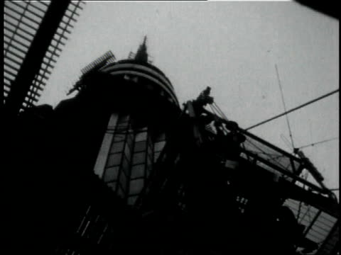 1950s montage crew of riggers working at the top of the empire state building / new york city, new york, united states - empire state building stock-videos und b-roll-filmmaterial