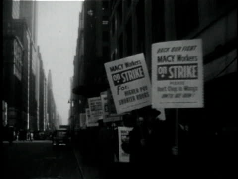 vídeos de stock e filmes b-roll de 1950s montage long picket lines outside macy's department store with police patrolling the area / new york city, new york, united states - escrita ocidental
