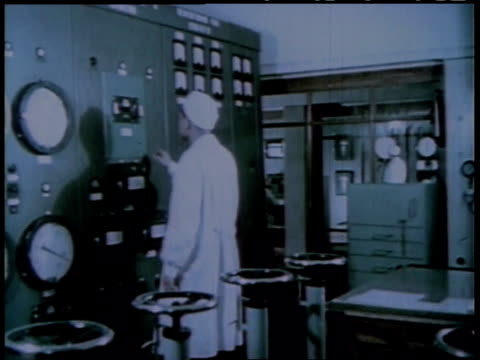 vídeos de stock e filmes b-roll de 1950s montage scientists operating and monitor a nuclear reactor / united states - central de energia nuclear