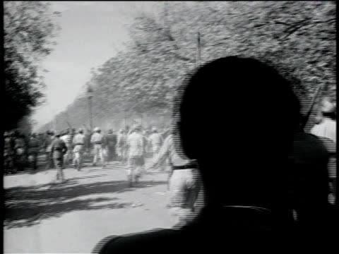 vídeos de stock e filmes b-roll de 1950s ts police with sticks running towards crowd of protesters then one protester carried off with injury / india - maça