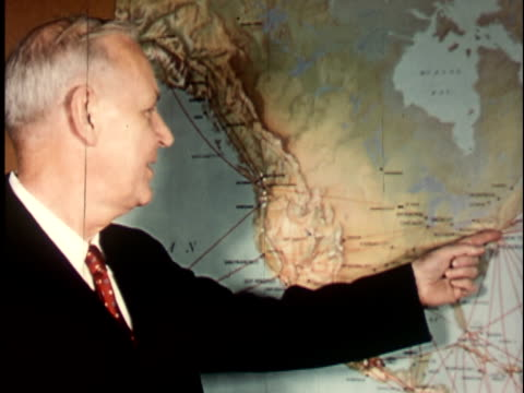 vidéos et rushes de 1950s cu, professor john donald hicks, historian, in front of map of north america, berkeley university, 1950's, california, usa - professor