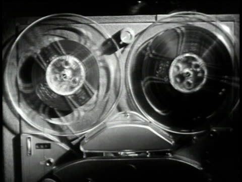 vídeos de stock e filmes b-roll de 1950s cu reel-to-reel tape recorder running/ united states - sala de imprensa