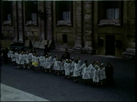 vídeos de stock, filmes e b-roll de 1950s rome, convent school girls in white coats in line - nun