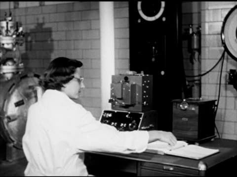 vídeos de stock e filmes b-roll de rutgers university vs female scientist in laboratory examining beef color on meter scale turning knobs examining color through magnifying glass on... - lupa equipamento ótico