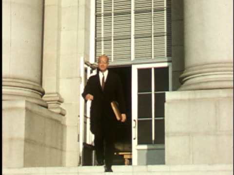 vidéos et rushes de 1950s ms, smiling man descending steps at administration faculty building at berkeley university, 1950's, california, usa - professor