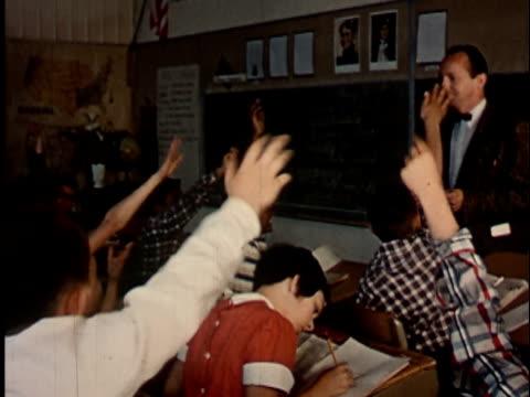vídeos y material grabado en eventos de stock de 1950s ms, teacher and children (12-13) in classroom, berkeley, california, usa - 12 13 años