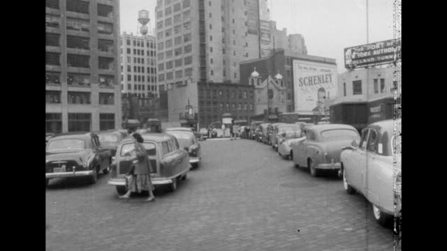 vidéos et rushes de 1950s traffic lined up to go into the holland tunnel in nyc. - new jersey