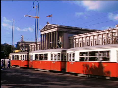 vidéos et rushes de 1950s traffic + trolleys passing in front of parliament building / vienna, austria - austria