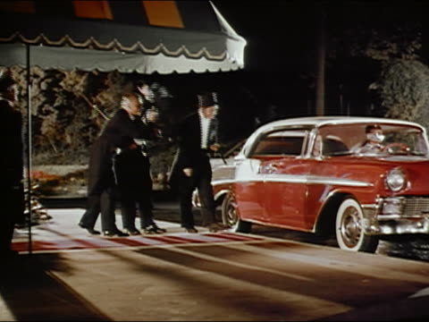 vidéos et rushes de 1950s wide shot three men in tuxedos standing on red carpet / doorman opening car door / audio - tapis rouge