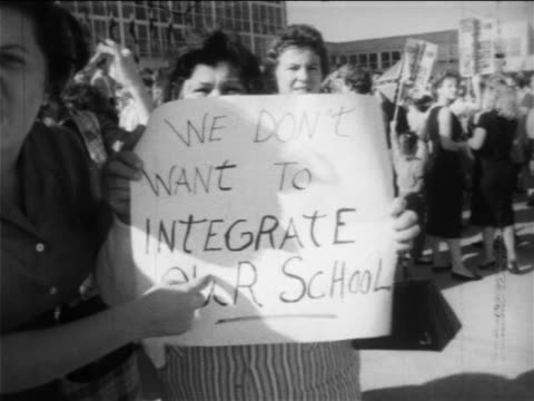 stockvideo's en b-roll-footage met b/w 1950s women at prosegregation rally with sign we don't want to integrate / new orleans low angle - racisme