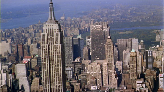 1960s aerial point of view empire state building and midtown manhattan skyline - 1960~1969年点の映像素材/bロール