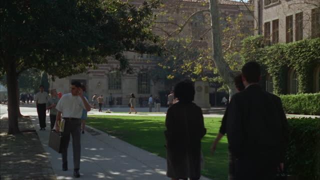 1960s ws campus scene - bildungseinrichtung stock-videos und b-roll-filmmaterial