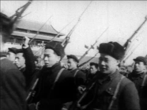 vidéos et rushes de b/w 1960s chinese army holding up arms marching thru tiananmen square / beijing / educational - place tien an men