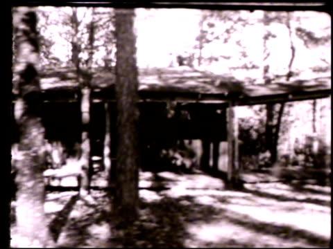 vídeos de stock e filmes b-roll de clayton georgia ws pan country home house in middle of forest trees around ga blue ridge mountains countryside rural - geórgia sul dos estados unidos