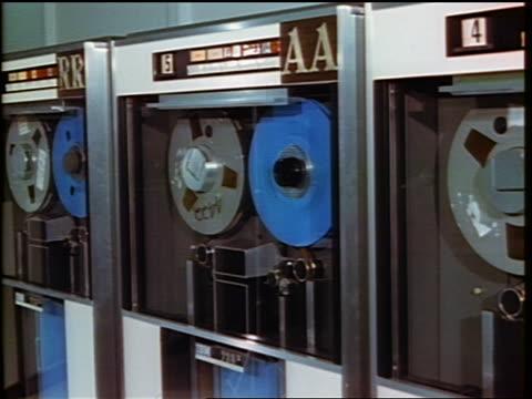vídeos y material grabado en eventos de stock de 1960s close up reels of tape spinning on computer tape drive - laboratorio de ordenadores