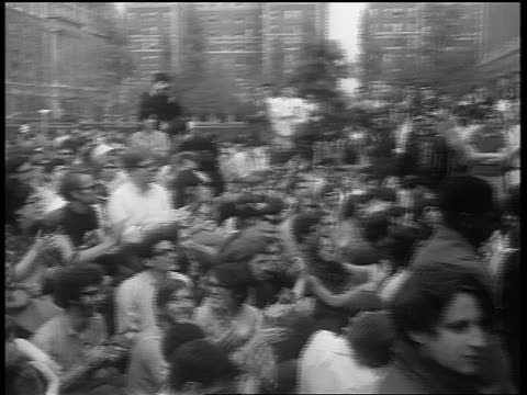 b/w 1960s pan crowd of hippies clapping at outdoor grateful dead concert at columbia university nyc - hippy video stock e b–roll