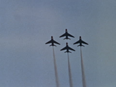 vídeos y material grabado en eventos de stock de 1960s low angle long shot four jets flying in formation and then off in different directions - cuatro objetos