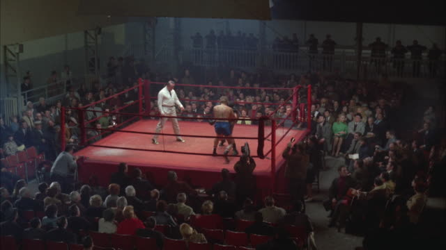 vidéos et rushes de 1960s ws ha men fighting in boxing ring - arbitre