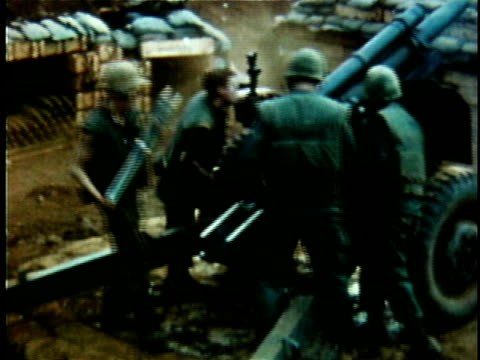 1960s montage us artillery unit loading and firing mortar shells during vietnam war / vietnam - 迫撃砲点の映像素材/bロール