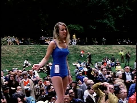 stockvideo's en b-roll-footage met 1960s outdoor beauty contest, san francisco, california, usa - spelkandidaat