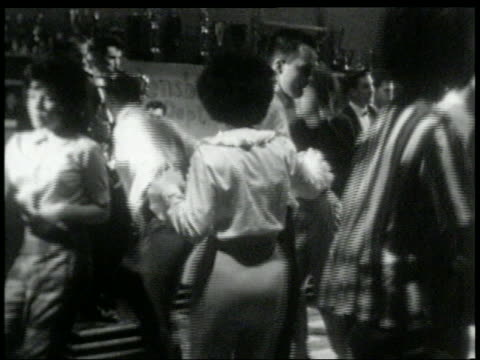 b/w 1960s teens dancing to rock band at high school dance - klassischer rock and roll stock-videos und b-roll-filmmaterial