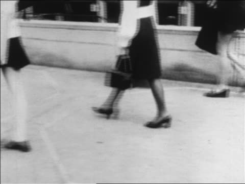 vídeos y material grabado en eventos de stock de b/w 1960s three women's legs in skirts walking on sidewalk / zoom in to one / newsreel - falda