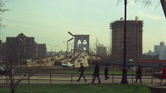 vidéos et rushes de 1960s ws traffic on and near brooklyn bridge / new york city, usa - 1960