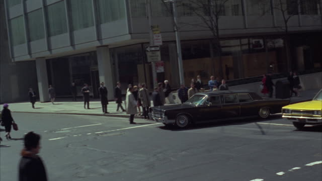 vídeos de stock e filmes b-roll de 1970s ws pan black limousine on park avenue / new york city, usa - 1970 1979