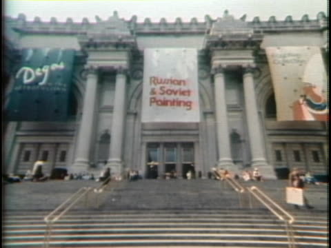 1970s establishing shot of the metropolitan museum of art in new york city. - metropolitan museum of art new york city stock videos & royalty-free footage