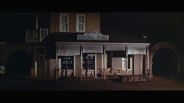vídeos y material grabado en eventos de stock de 1970s ws general store in western town at night - letrero de tienda