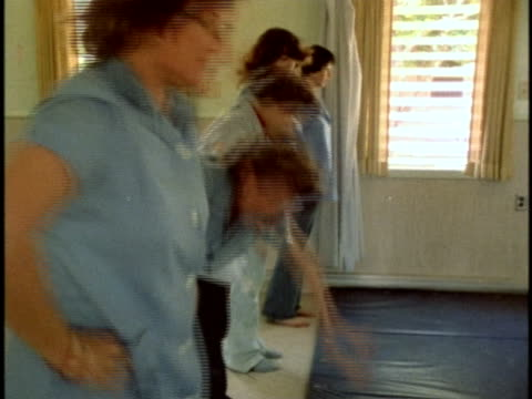 stockvideo's en b-roll-footage met 1970s montage prisoners in prison gym, los angeles, california, usa, audio - vrijetijdsfaciliteiten