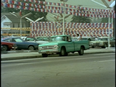 vídeos de stock e filmes b-roll de 1970s ws ts pick up truck pulling at used car dealership, los angeles, california, usa, audio - stand de carros