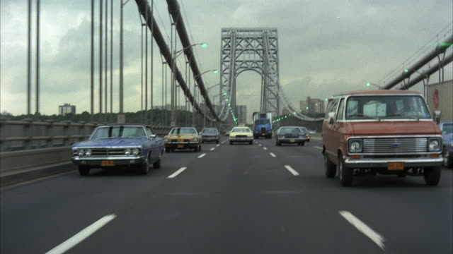 1970s ws rear pov traffic on george washington bridge / new york city, usa - bewegliches hintergrundbild stock-videos und b-roll-filmmaterial
