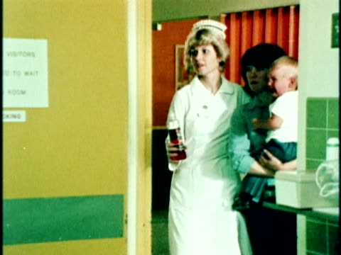 vídeos de stock e filmes b-roll de 1970s ms pan woman arriving with small child at emergency room, los angeles, california, usa, audio - bebés meninos