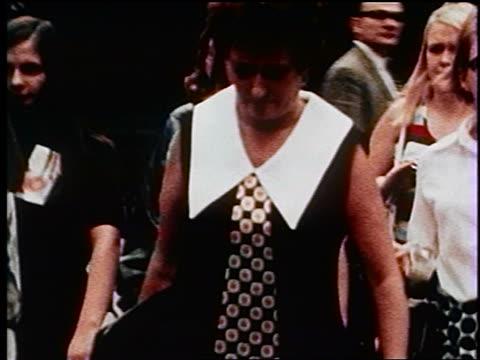 vídeos y material grabado en eventos de stock de 1970s woman wearing dress with big tie walking on busy nyc sidewalk / documentary - corbata