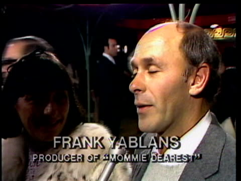 1980s celebrities at premiere, frank yablans being interviewed / los angeles, california, usa / audio - 脚本家点の映像素材/bロール