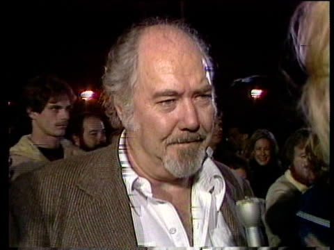 1980s director robert altman at premiere, man being interviewed / los angeles, california, usa / audio - 薄毛点の映像素材/bロール