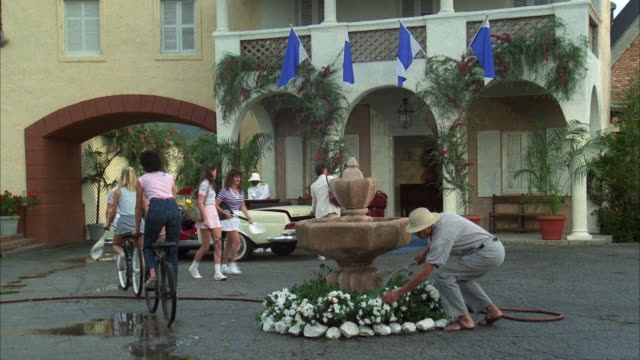 vidéos et rushes de 1980s ws gate opening to reveal tourists outside hotel - palace