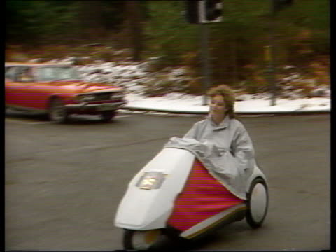 1980s lifestyle collection: part 2; 129059: 10.1.1985 sinclair c5: london: the sinclair c5 electric cars being driven in convoy; driven on roads,... - vangen stock-videos und b-roll-filmmaterial