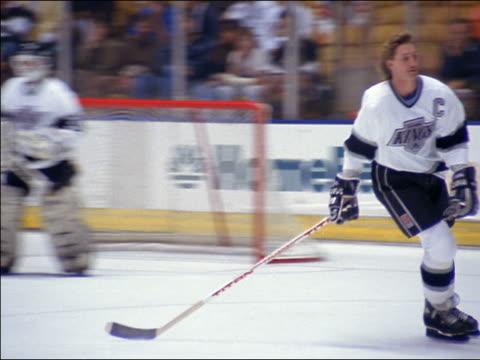 vídeos y material grabado en eventos de stock de 1980s medium shot wayne gretzky skating around perimeter of hockey rink / los angeles - sólo hombres jóvenes
