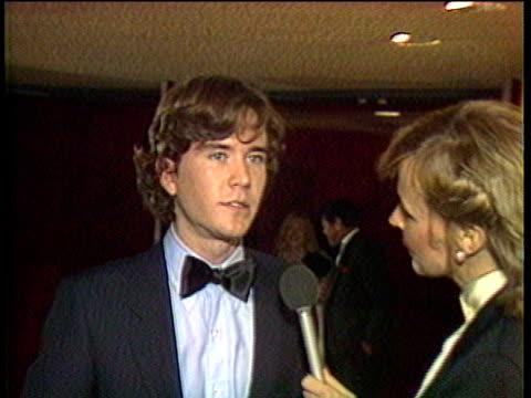 vidéos et rushes de 1980s montage celebrities at premiere, tim hutton being interviewed / los angeles, california, usa / audio - cérémonie